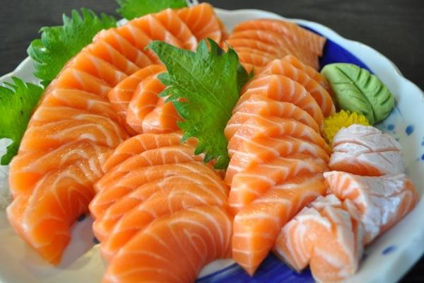 Nổi mề đay nên ăn gì? Cá hồi là thực phẩm nên ăn
