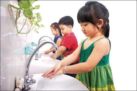 rửa tay cho trẻ