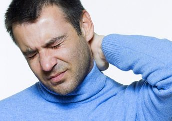 đau cổ gáy