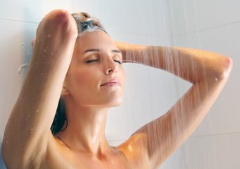 tắm là điều nên làm vào buổi sáng